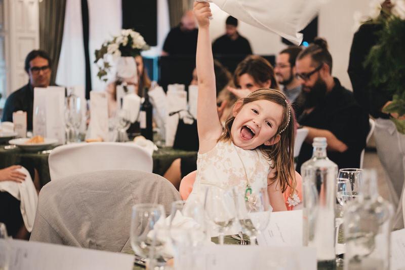 Su hija dándolo todo y bailando al escuchar una canción durante el banquete de la boda.