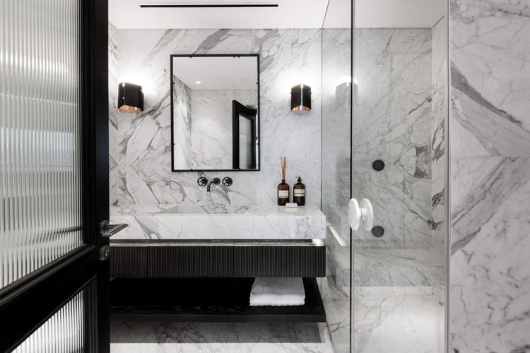 שיש קלקטה - חיפוי קירות אמבטיה 5.jpg