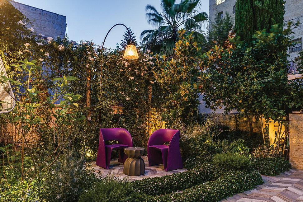 הגינה_בכניסה_לבית_בערב