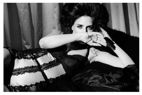 צילום: שרון בק, 2007. מתוך תערוכת הצילום של שרון בק, ״1920״. מחוך בגד-גוף עוצב על ידי רן צוריאל