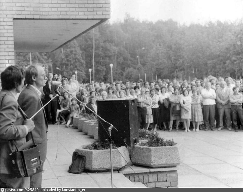 Юрий Левыкин выступает на митинге в Троицке