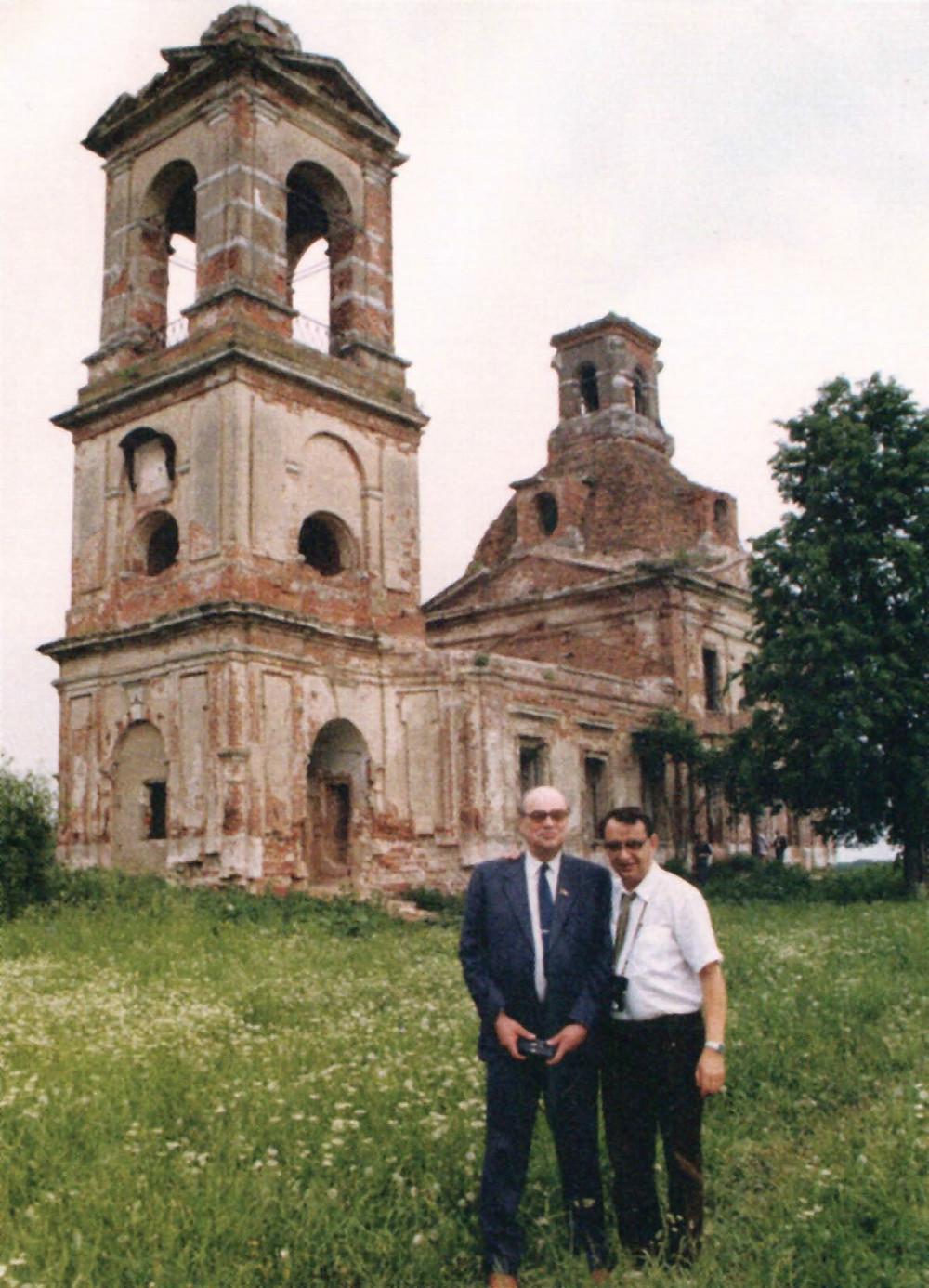 Летохов вместе с Басовым около еще не восстановленного храма в Пучково