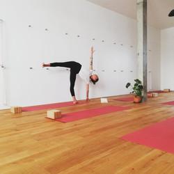 Ardha-cnadrasana-Yoga-Iyengar