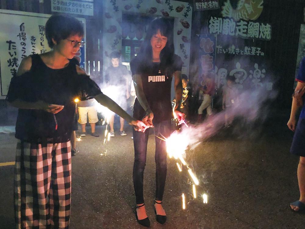 花火を楽しむ生徒達