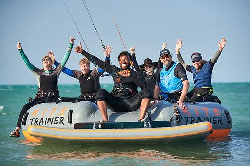 Gruppe von Kite Schülern ist glücklich nach Ihrem Kitekurs bei der Kiteschule Kitetrainer auf Fehmarn. Kiteschule Ostsee zum einfachen kiten lernen.