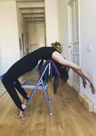 Urdhva Dhanurasana con soporte de silla.