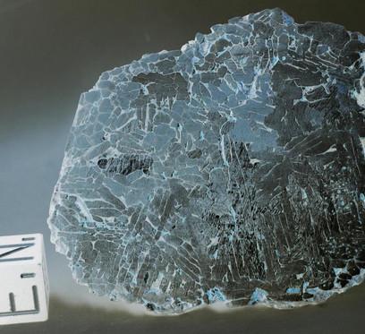 Patos de Minas classificado como octaedrito complexo devido a estrutura de Widmanstatten nao ser muito óbvia.  Crédito da Imagem: André Moutinho