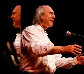 Tom Goldschmidt sur scène, disant Prévert.