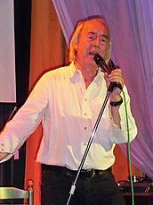 Tom Goldschmidt, chanteur, sur scène.