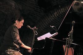Marie-Sophie Talbot au piano sur scène.