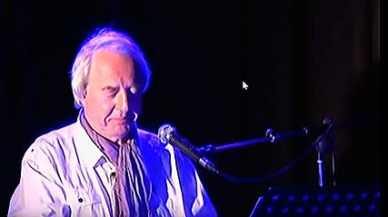 Tom Goldschmidt, chant et piano, en concert solo.