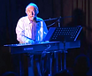 Tom Goldschmidt, chanteur, au piano.