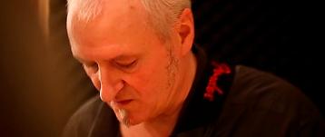 Paul Prignot concentré pendant un solo de guitare.