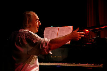 Tom Goldchmidt, piano et chant, à l'hommage à Jean ferrat, Bruxelles.
