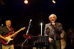 Tom Goldschmidt, chanteur, et Paul Prignot, guitariste, en scène.