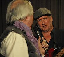 Tom Goldschmidt, chanteur et Paul Prignot, guitariste. chantent en duo sur scène.