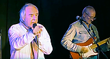 Tom Goldschmidt, chanteur, et Paul Prignot, guitariste, en scène.