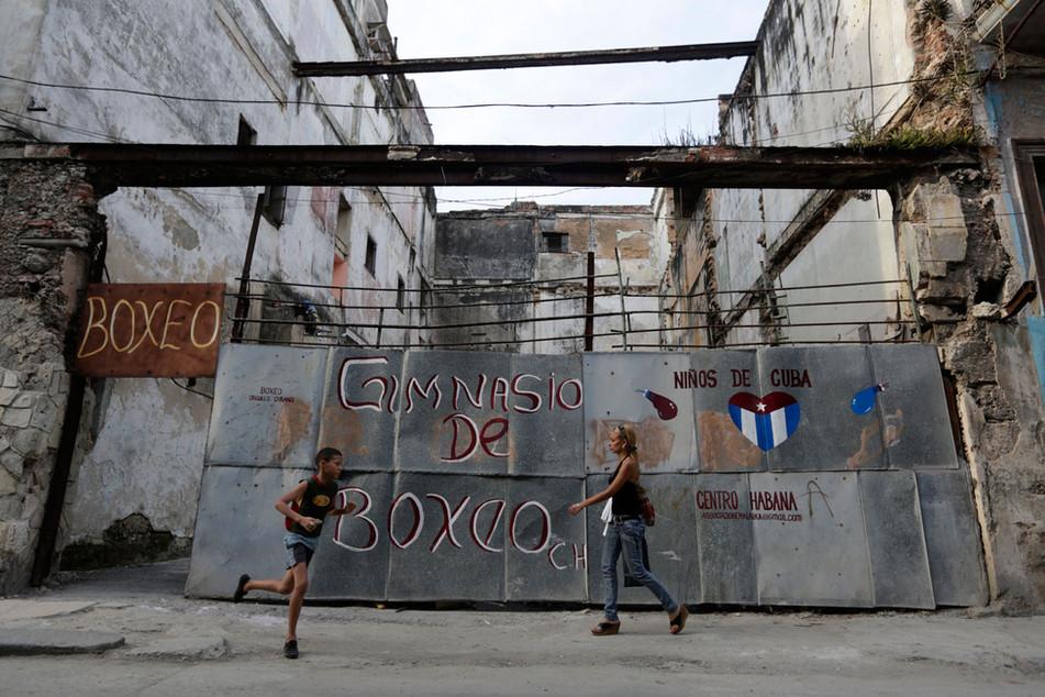 A child runs near a boxing Gym in Havana, Cuba February 21, 2014. Photo/Enrique de la Osa