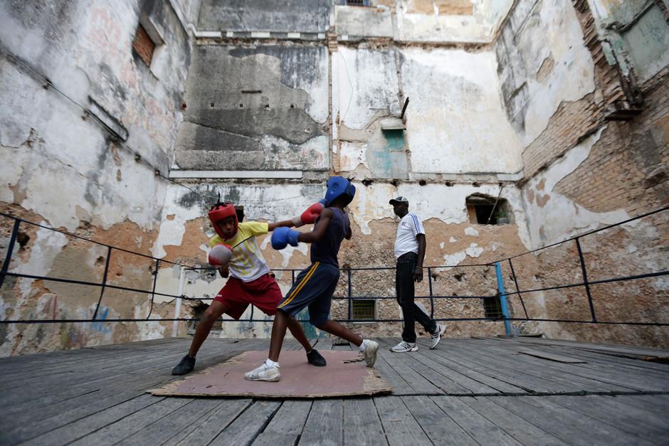 Youths boxers practice during a training session in Havana, Cuba February 19, 2014. Photo/Enrique de la Osa