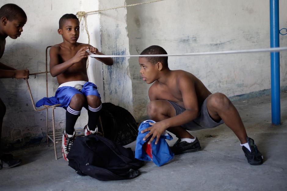 Youths boxers talk during an exhibition tournament in Havana, Cuba, March 22, 2014. Photo/Enrique de la Osa