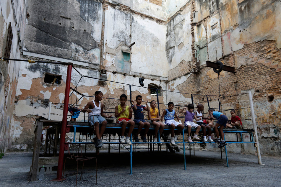 Youths boxers take a break during a training session in Havana, Cuba February 19, 2014. Photo/Enrique de la Osa