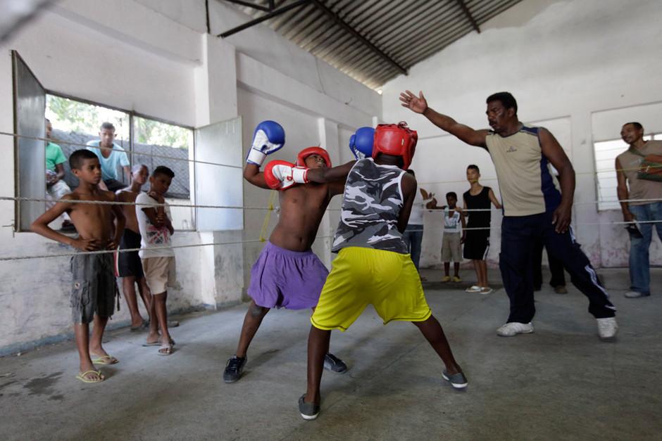 Youths boxers fight during an exhibition tournament in Havana, Cuba, March 22, 2014. Photo/Enrique de la Osa