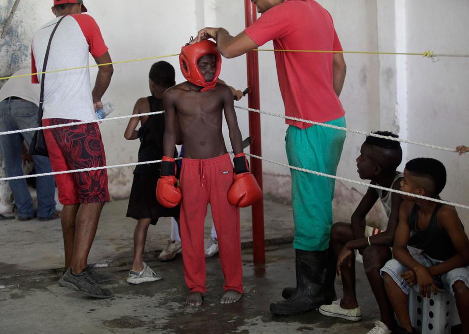 Youths boxers attend an exhibition tournament in Havana, Cuba, March 22, 2014. Photo/Enrique de la Osa