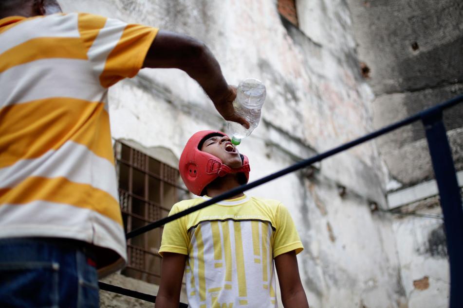 A young boxer practices during a training session in Havana, Cuba February 19, 2014. Photo/Enrique de la Osa