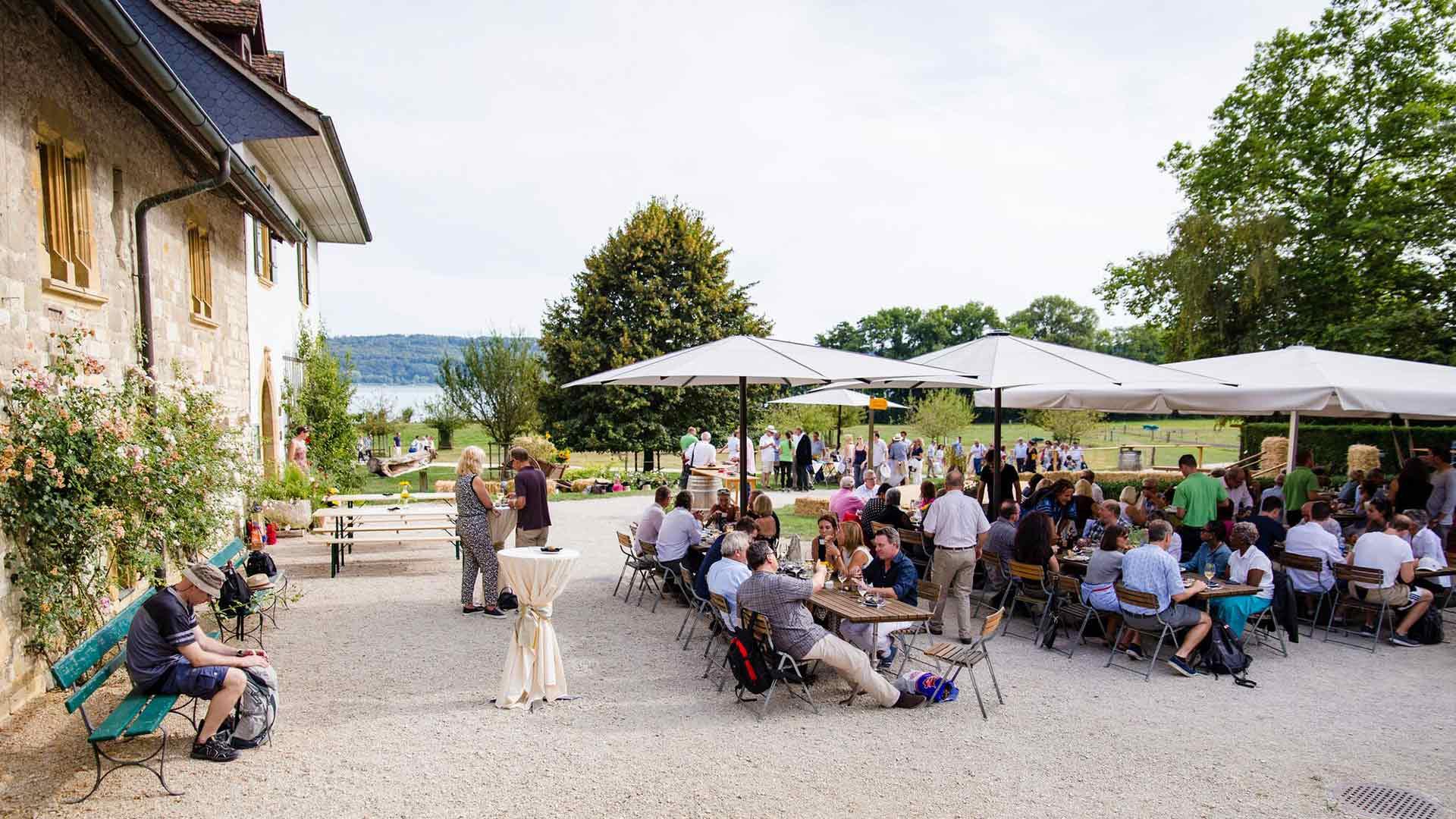Leute im Outdoor Restaurant