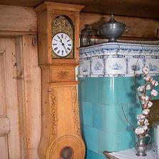 Uhr und Kachelofen
