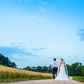 Hochzeitspaar spaziert auf der St.Petersinsel