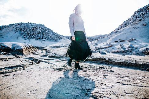 砂漠を歩くガール