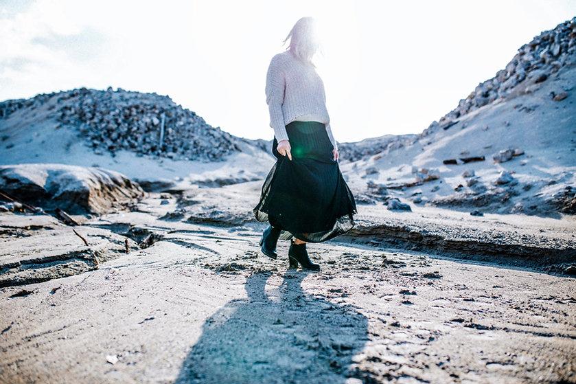 Muchacha que recorre en un desierto