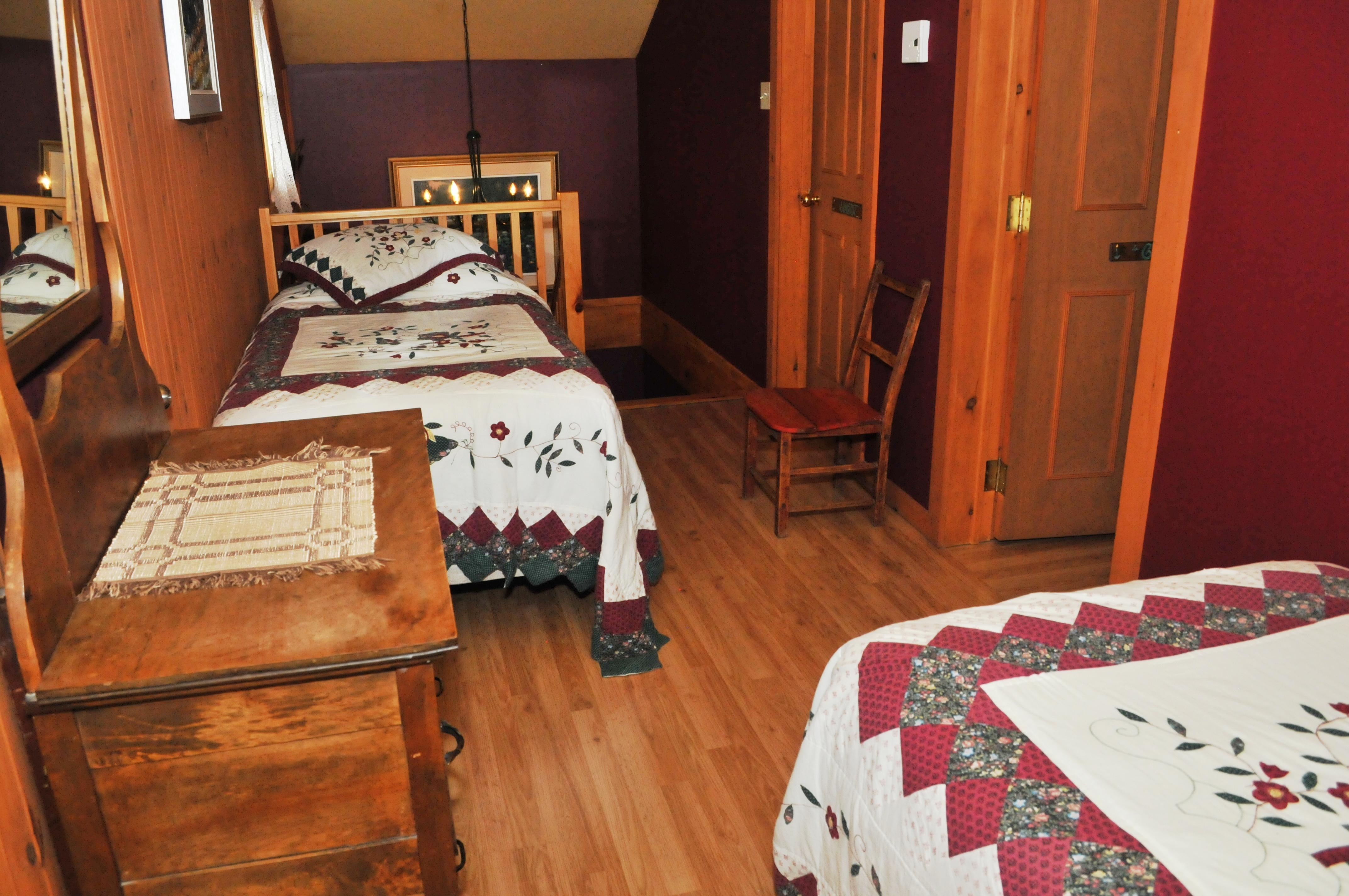 lits simples en haut escalier