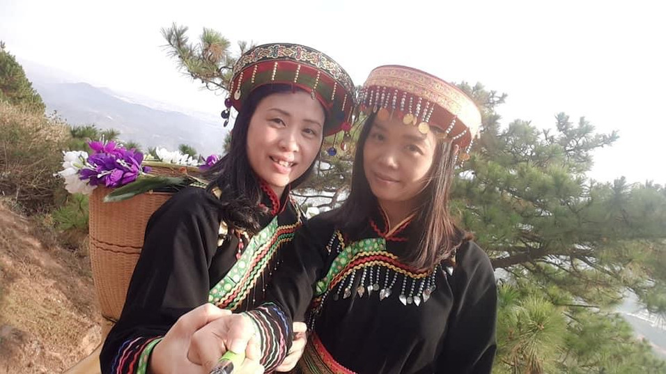 Two beautiful Vietnamese girls in the northern traditional clothing