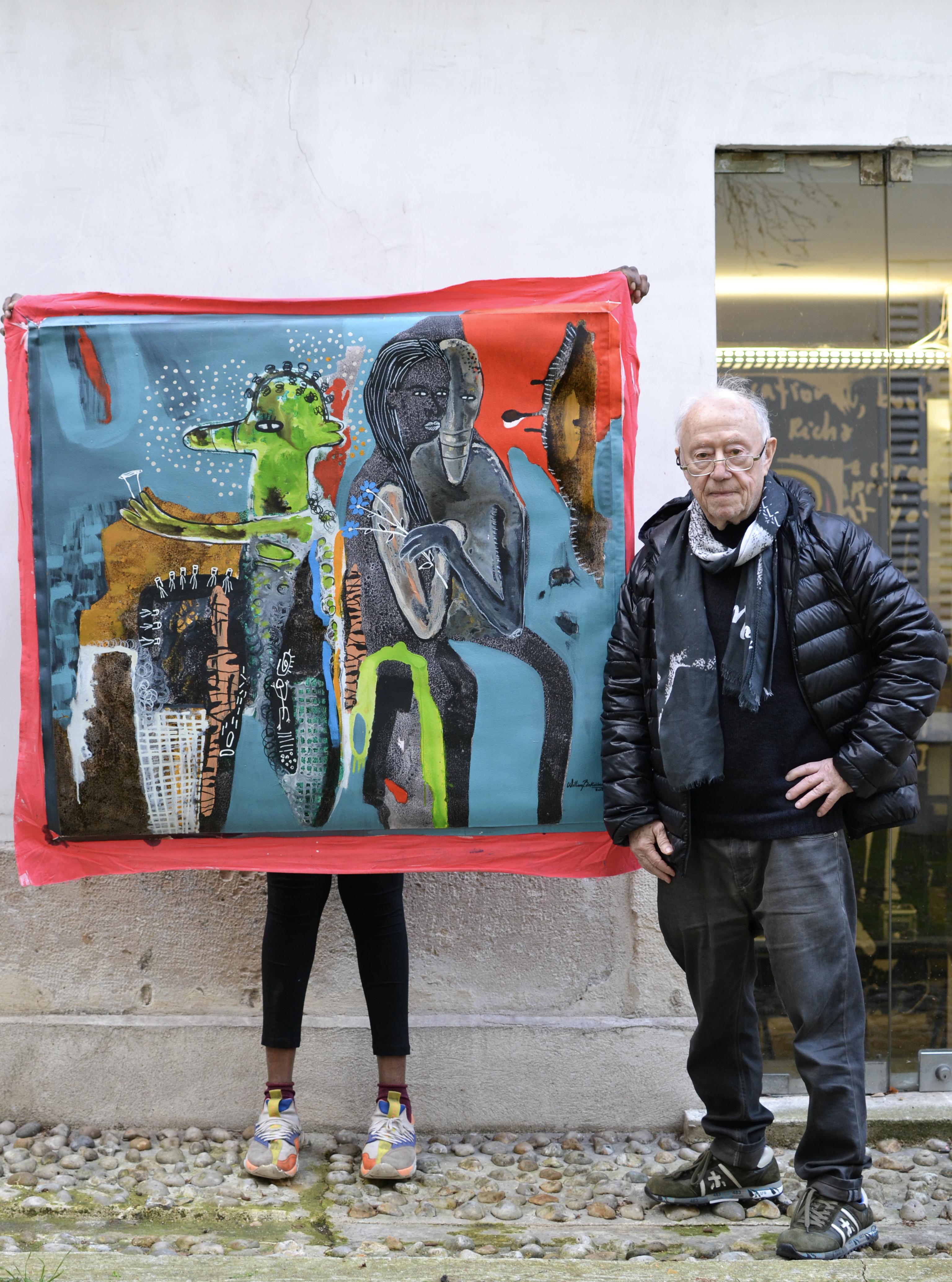 Maurice Renoma avec une peinture de William Bakaimo