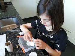 Laura bei Kressearbeit