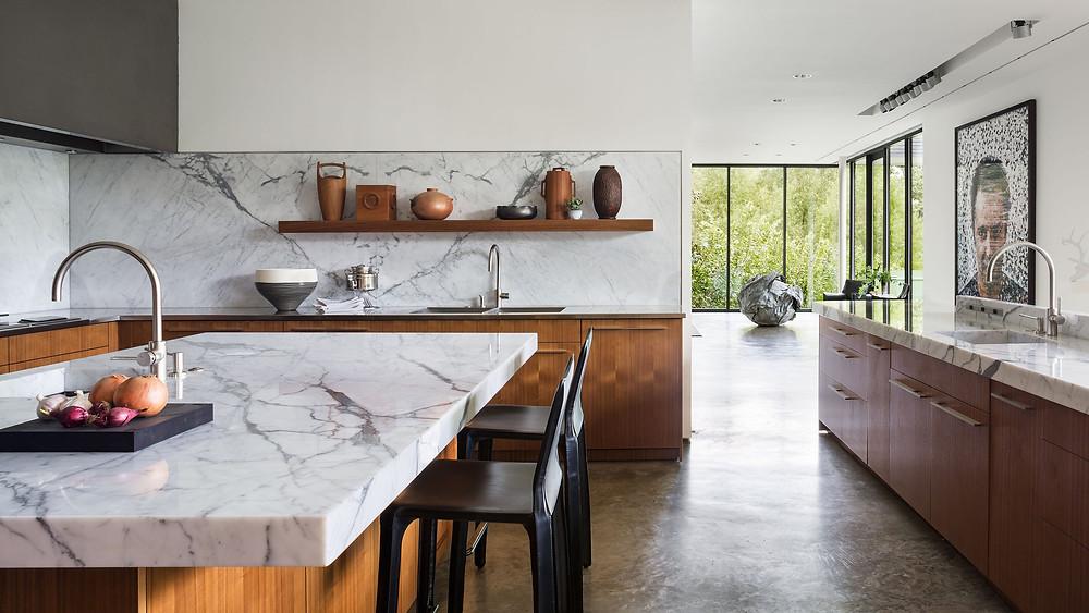 Dapur klasik modern dengan lapisan marmer
