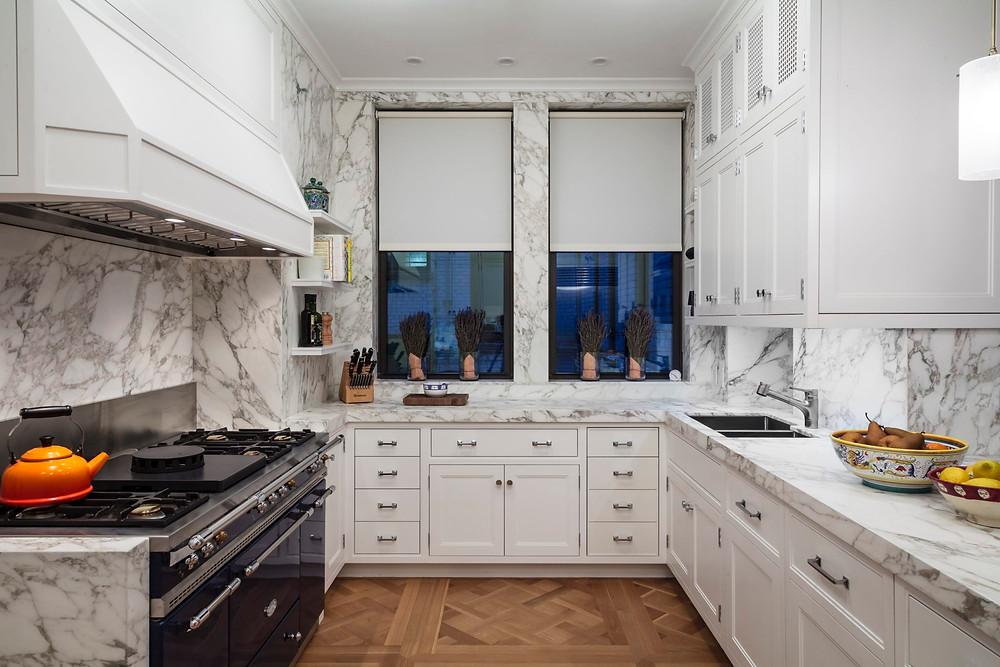 Dinding marmer dan lantai kayu di dapur