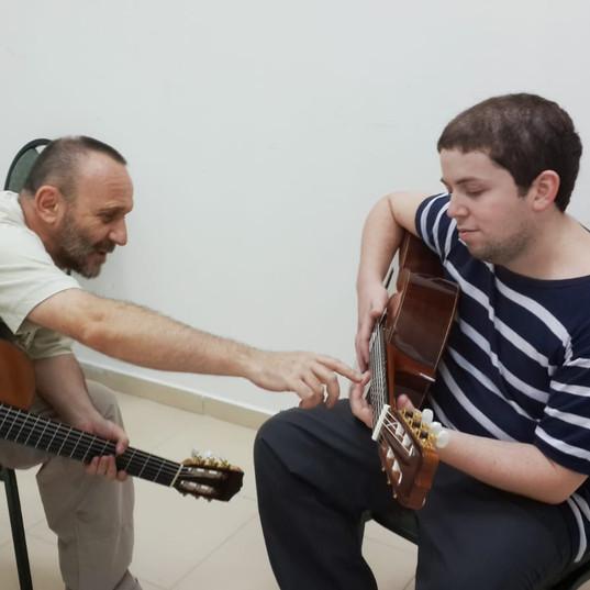 שיעור גיטרה עם סשה פומפיאן