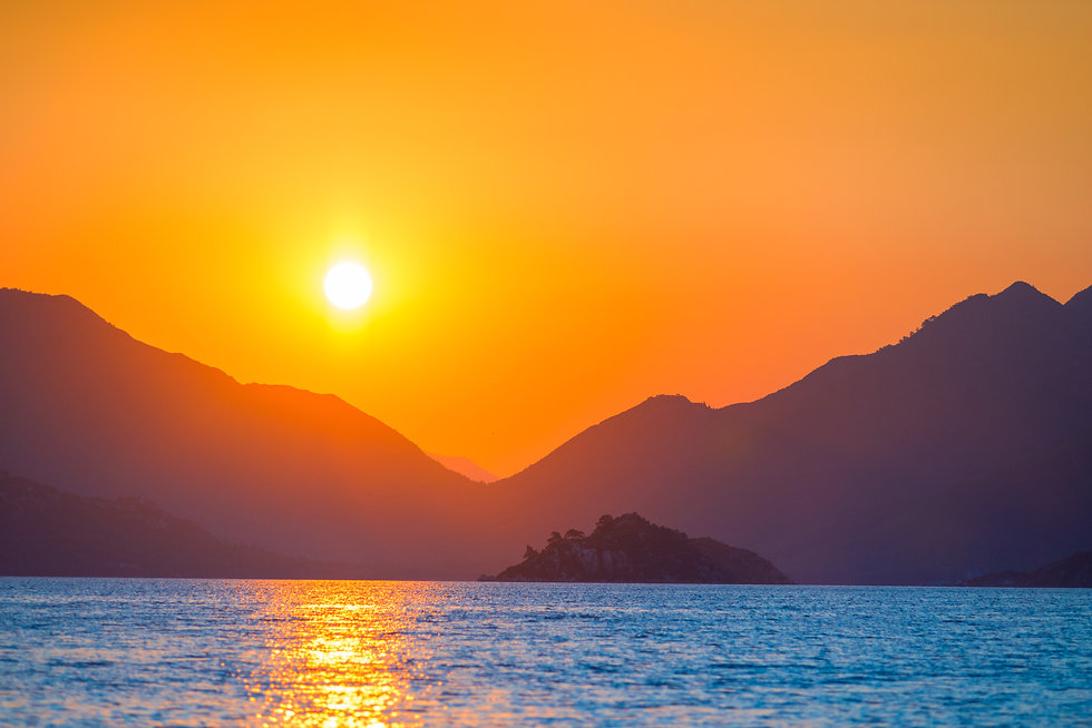 very beautiful sun rises over the sea.jp