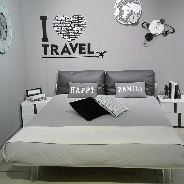 1 letto matrimoniale con cuscini in ecopelle e giroletto laccato bianco opaco