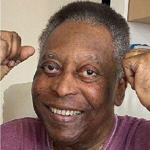 Pelé se ejercita en la cama del hospital donde fue operado de un tumor en el colon