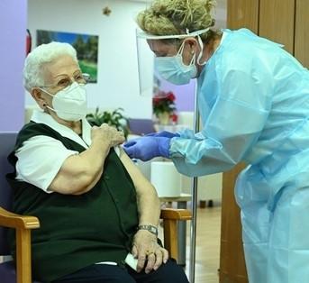 España aplicará tercera dosis de vacuna anticovid a adultos mayores en residencias