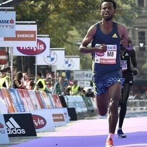 Descalifican a ganador de maratón de Viena…por sus tenis
