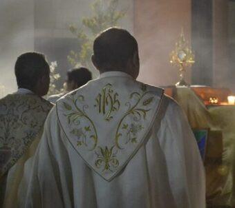 Detienen a párroco que usaba donaciones de feligreses para fiestas con drogas