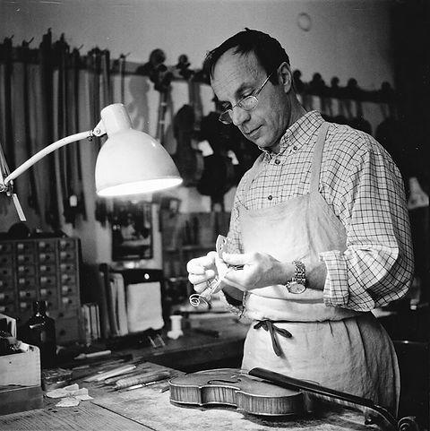 Le luthier Bernard Bossert au travail