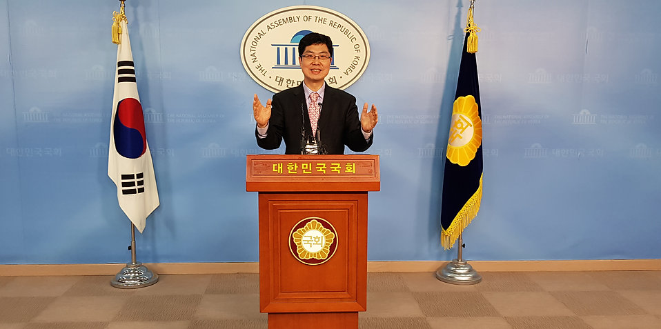박동명 위원장이 회의를 진행하고 있다(2016)