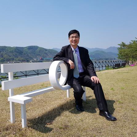 북한산을 배경으로 기념촬영