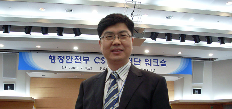 박동명 박사가 정책토론회에서 정책대을 제하고 있다.